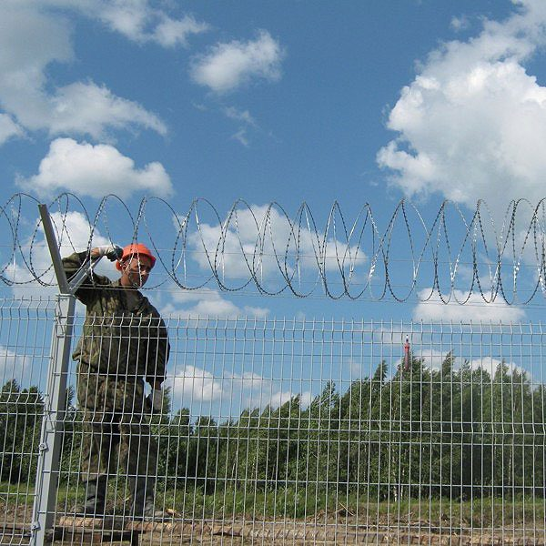 Будівництво секційного паркану висотою до 2,4 м (бетонування стовпів) з Y накінечником і СББ