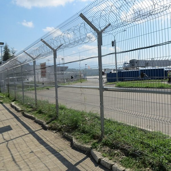 Будівництво секційного паркану висотою до 2,4 м (бетонування стовпів) з Y накінечником, секцією 530 мм і СББ