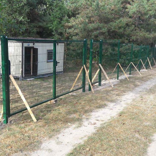Будівництво секційного паркану висотою від 2,4 м до 4 м з бетонуванням стовпів