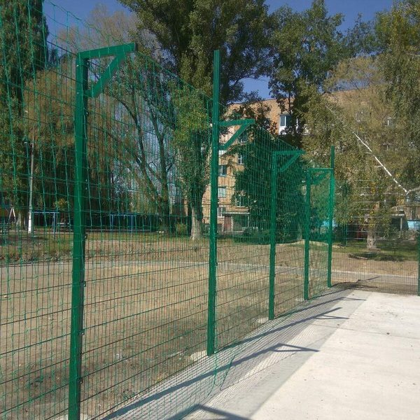 Монтаж секційного паркану висотою від 2,4 м до 4 м з бетонуванням стовпів, накінечником і сіткою