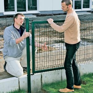 Монтаж секційного паркану висотою до 2,4 м на бетонну основу
