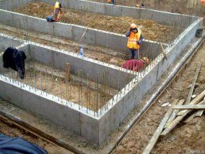 Заливка монолітного стрічкового фундамента з підошвою